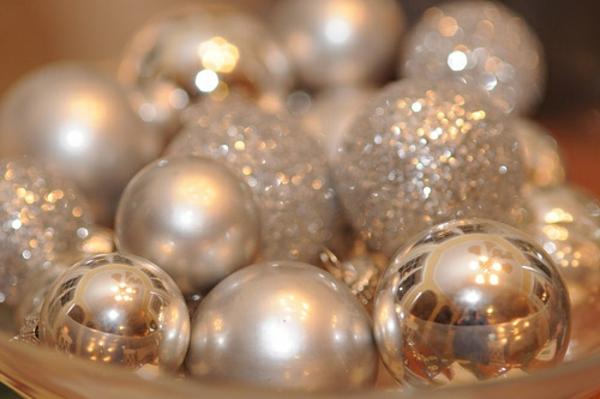 silberne-Bälle-für-den-Weihnachtsbaum