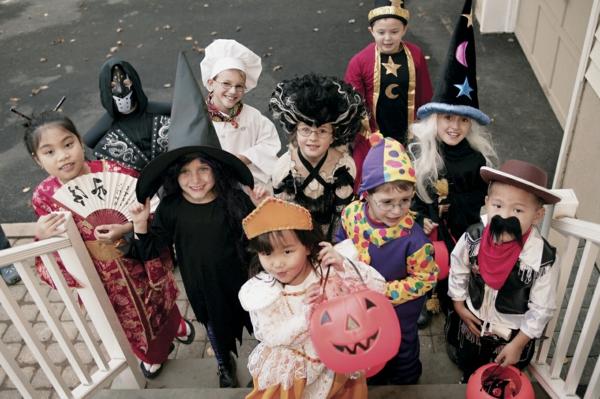 viele-kinder-feiern-lustig-halloween