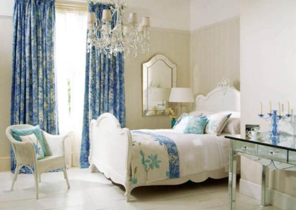 elegantes schlafzimmer mit blauen vorhängen