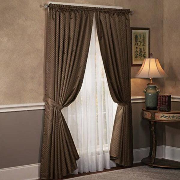 weiße und braune gardinen neben einer lampe im schönen schlafzimmer
