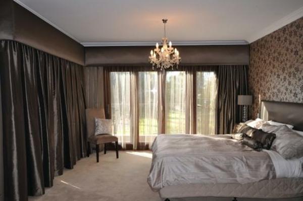 vorhänge wohnzimmer grau:schönes schlafzimmer mit dunklen gardinen und einem schicken