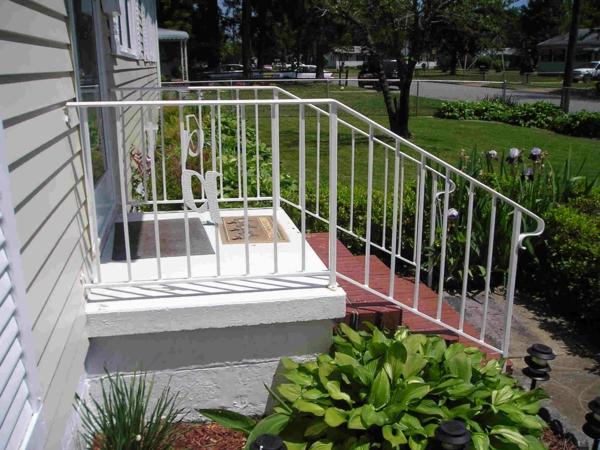 weiße-gut-aussehende-treppengeländer-für-außen