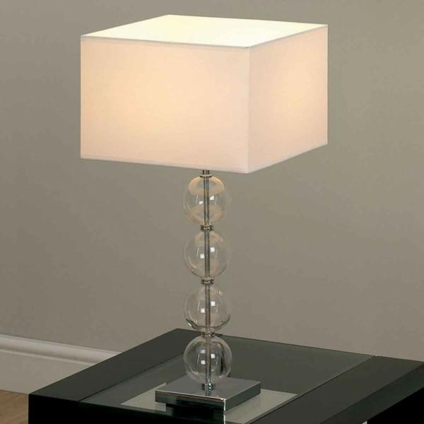 weiße-schöne-lampe-im-schlafzimmer