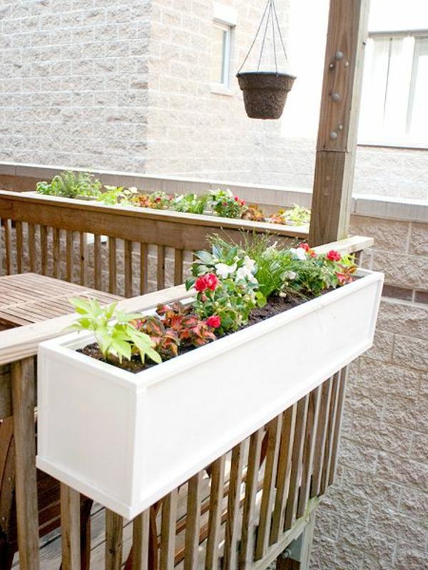 weißer--Blumenkasten-für-den-Balkon-Idee