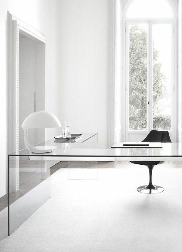 weißes-Zimmer-mit-Schreibtisch-mit-Glasplatte-
