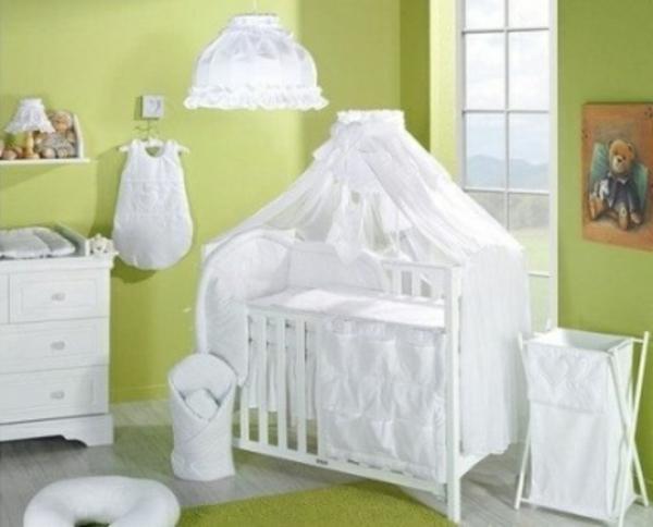 weißes-baby-himmelbett-im-zimmer-mit-grünen-wänden