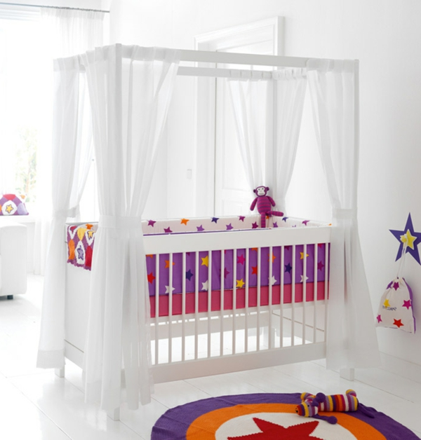 weißes-babyzimmer-mit-einem-baby-himmelbett