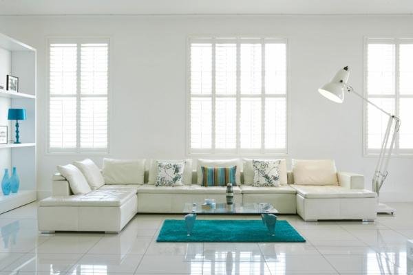 wohnzimmer rot dekorieren:schönes weißes wohnzimmer dekorieren – große fenster mit jalousien