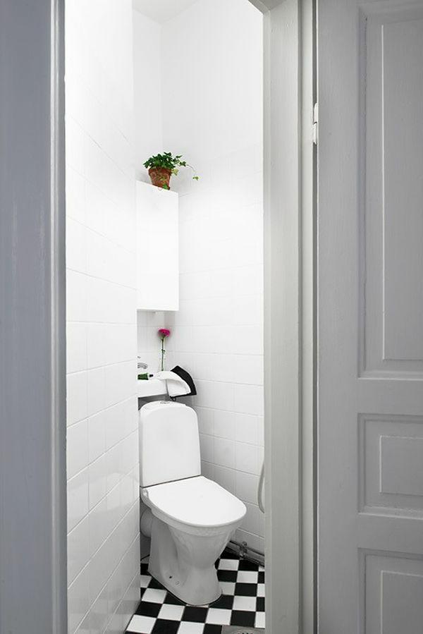 foto von der toilette - weiße einzimmerwohnung