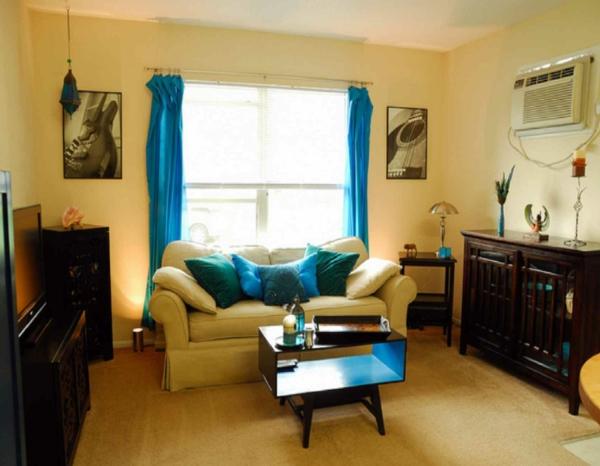 wohnraum gestaltung-blaue-gardinen-und-dekokissen
