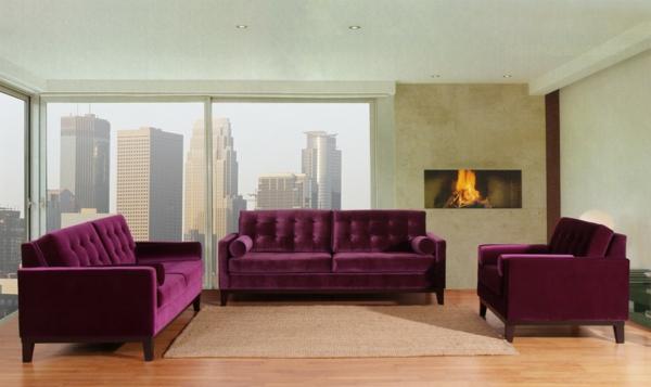 gemütliches wohnzimmer mit lila möbeln und einem kamin
