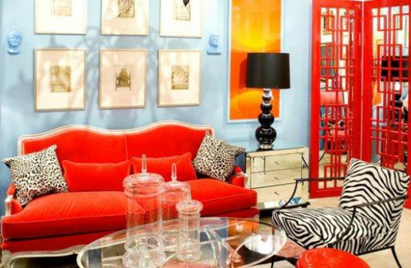 wohnraum gestaltung-rotes-sofa-und-schwarze-lampe