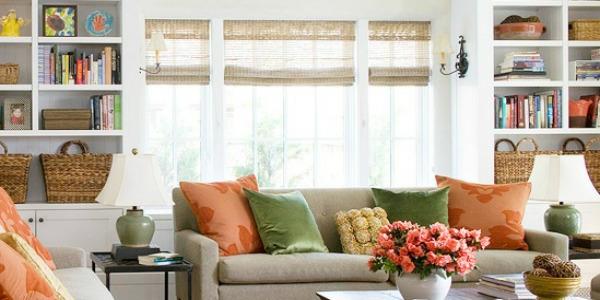wohnraumgestaltung-viele-dekokissen-auf-der-couch