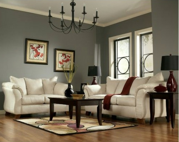 cooles bild wohnzimmer:weiße sofas und ein hölzerner nesttisch im wohnzimmer