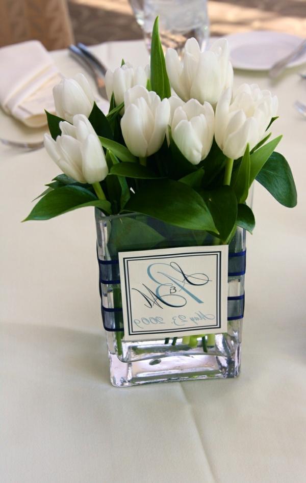 wunderbare-Hochzeitsdeko-Tischdeko-mit-weißen-Tulpen