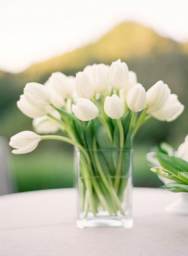 wunderbare-Tischdeko-mit-weißen-Tulpen
