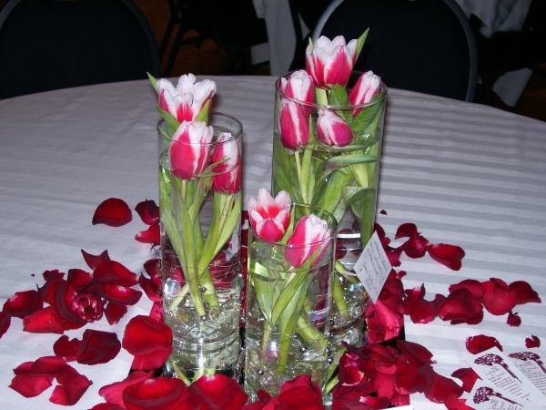 wunderbare---Tischdekoration-mit-rosa-Tulpen-