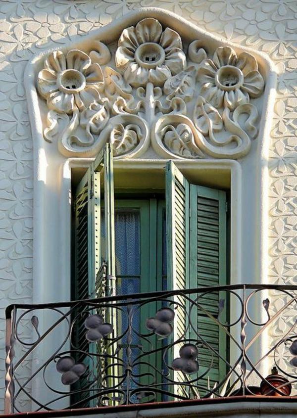 wunderbarer-Balkon-mit-Metallgeländer-Idee