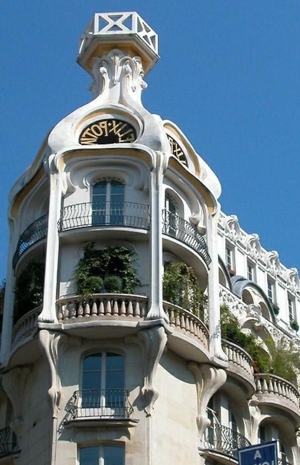 wunderbares-Gebäude-mit-französischen_Balkonen_