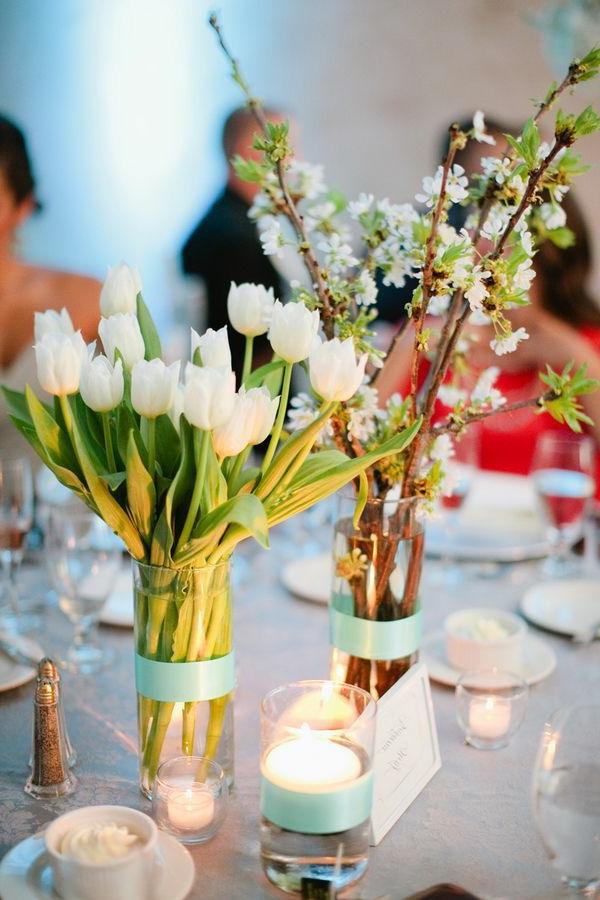 wunderschöne-Tischdeko-Tulpen-am-Tisch