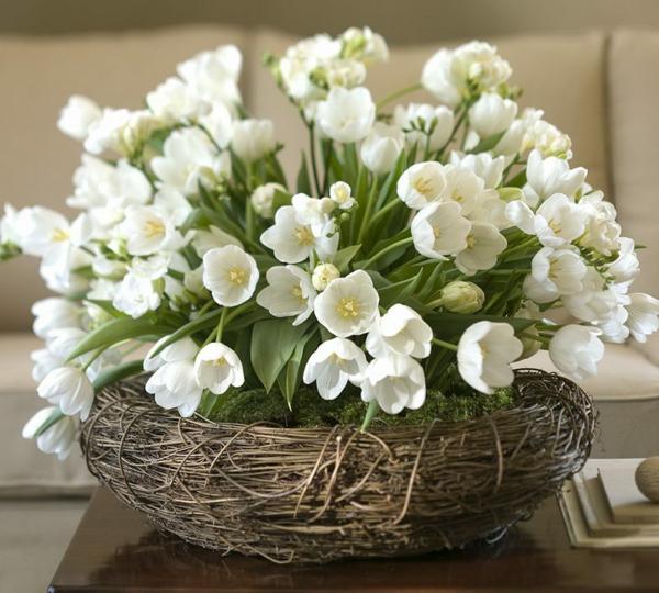 wunderschöne---Tischdekoration-mit-weißen-Tulpen