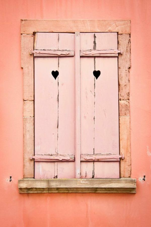wunderschöne-farbige-Fensterläden-aus-Holz