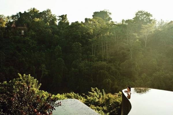 wunderschöne-fertig schwimmbecken-mitten-in-der-natur
