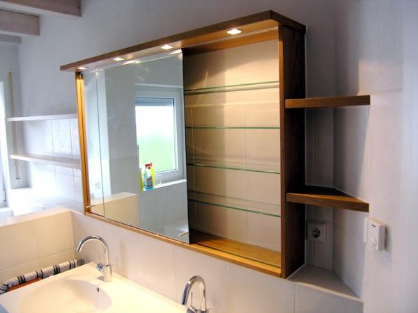 wunderschöner--Spiegelschrank-mit-Beleuchtung-im-Badezimmer-Design-Idee
