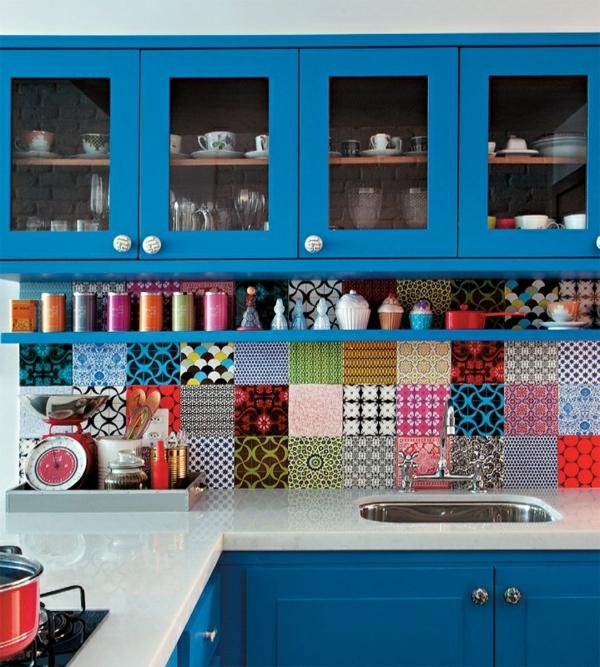 Blaue Schränke Und Bunte Fliesen In Einer Schönen Küche