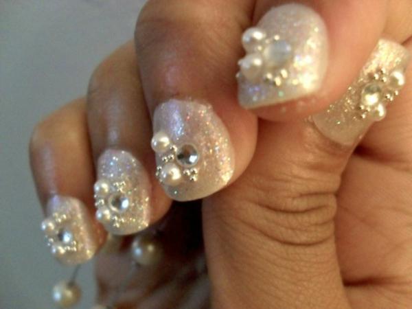 nageldesign bilder für hochzeit - kleine perlen als dekoration
