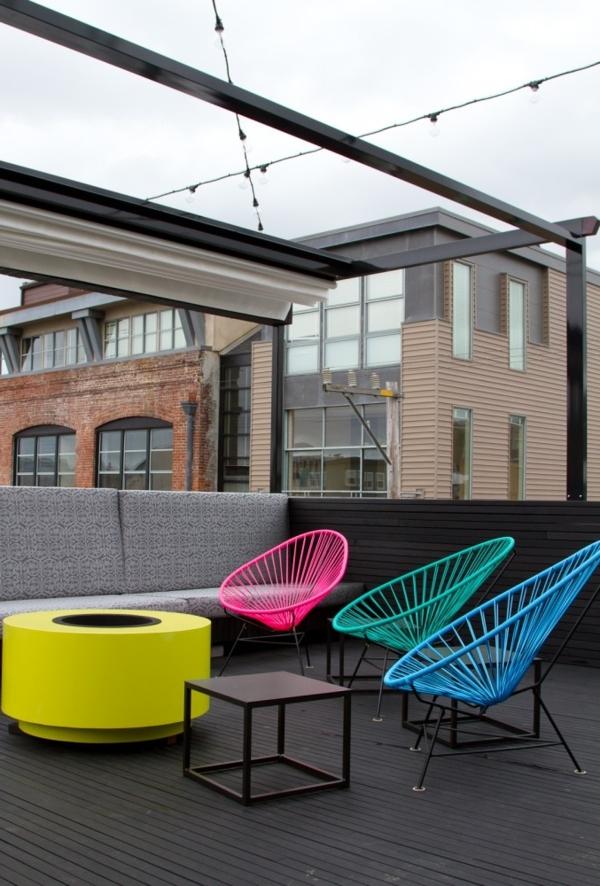 Balkonmöbel-tolle-Dekoration-mit-frischen-neon-Farben