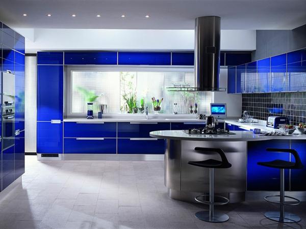 Blaue Küche Mit Deckenleuchten Und Barhockern