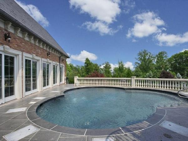 -Den-Garten-mit-einem-modernen-Whirlpool-gestalten