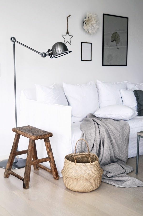 Design-Idee-Hocker-aus-dunklem-Holz