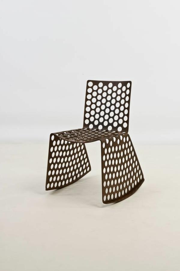 Designstuhl-aus-Metall-mit-erstaunlichem-Design