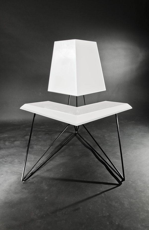 Designstuhl-in-Weiß-mit-erstaunlichem-Design