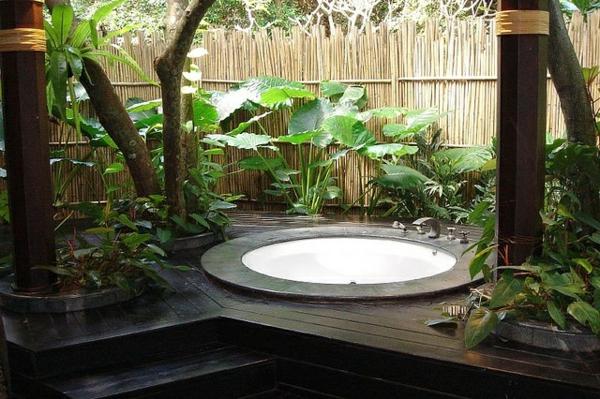 Ein-super-moderner-Whirlpool-im-Garten