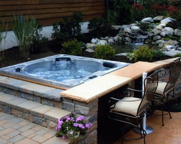 Ein-super-moderner--quadratischer-Whirlpool-im-Garten