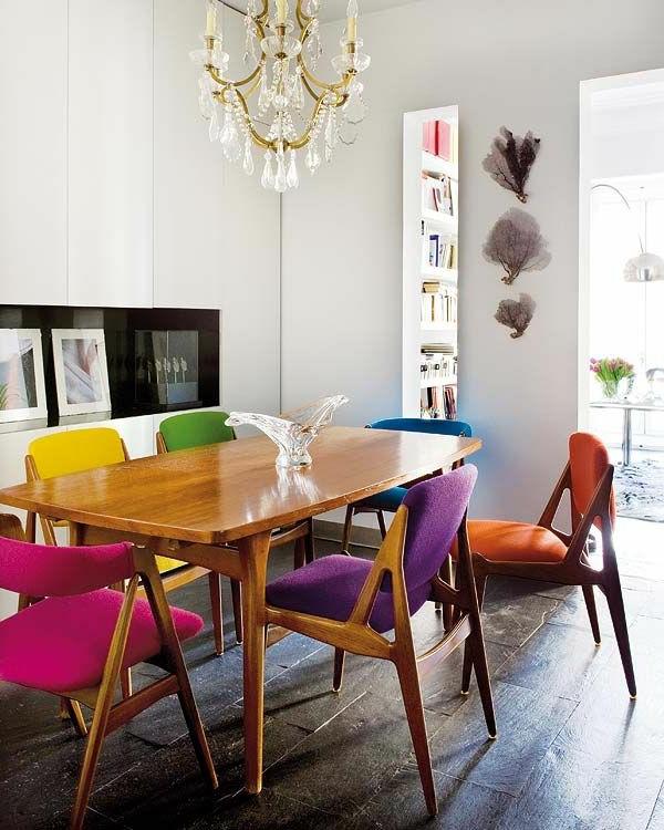 Esszimmer-Design-Esstisch-aus-Holz-und-Holzstühle-in-verschiedenen-Farben-