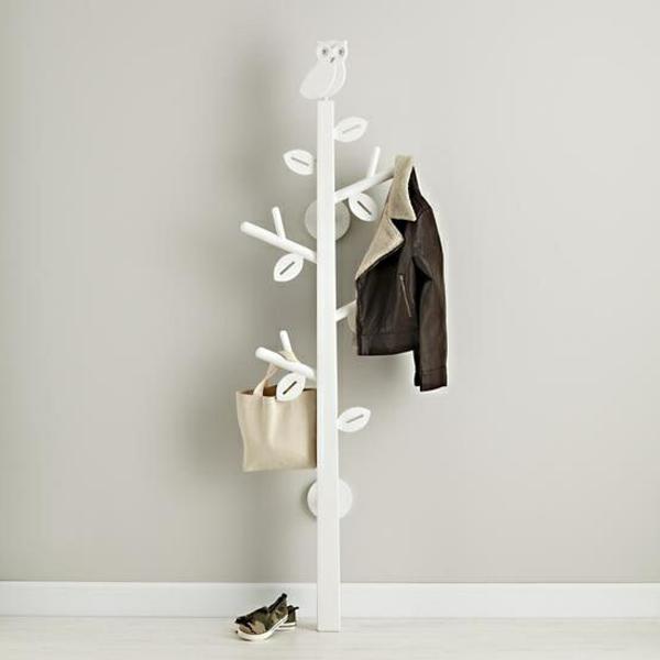 Garderobenständer-Holz-in-weißer-Farbe-und-originellem-Design