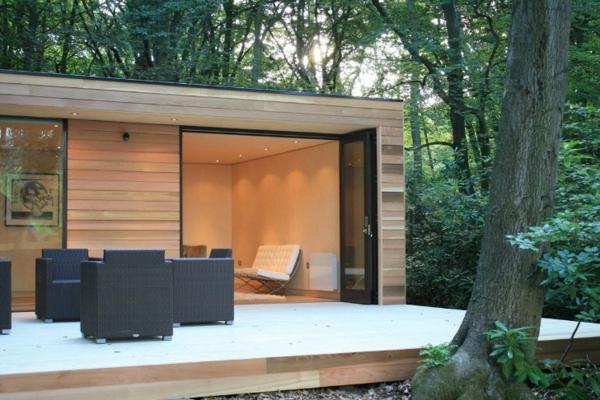 Moderne Gartenmöbel aus Rattan oder Holz ~ super modernes Gartenhaus mit Veranda und Möbelset aus Rattan