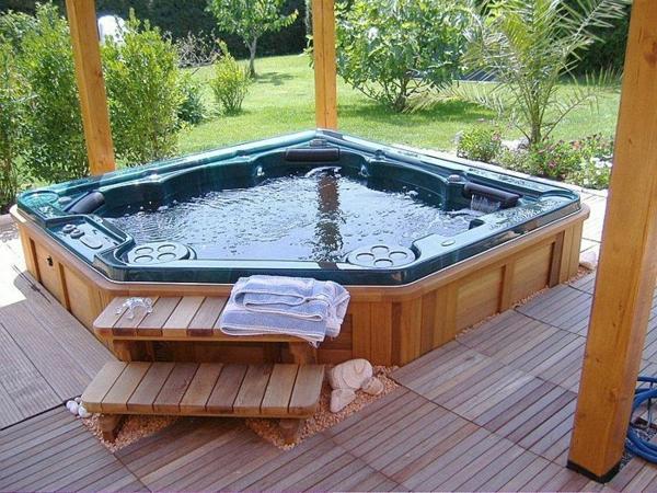 -Gestaltungsideen-für-den-perfekten-Garten-mit-einem- Whirlpool