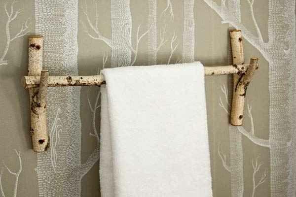 -Handtuch.halter-im-Badezimmer-effektvolles-Design-Birkenstamm