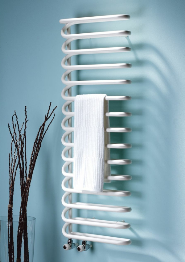 Handtuchheizkörper-hellblaue-Wand-modernes-Badezimmer-Badheizkörper ...