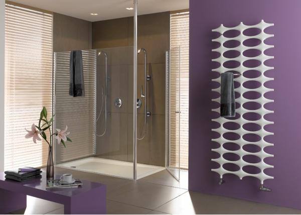 Handtuchheizkörper-lila-Wand-im-Badezimmer