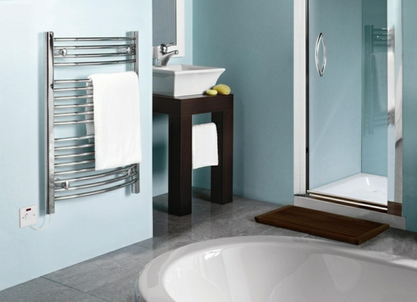 Heizender-Handtuchhalter-im-Badezimmer-mit-blauen-Wänden