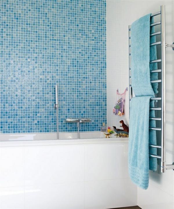 Heizkörper-Handtuchhalter-im-Badezimmer-blaue-Fliesen