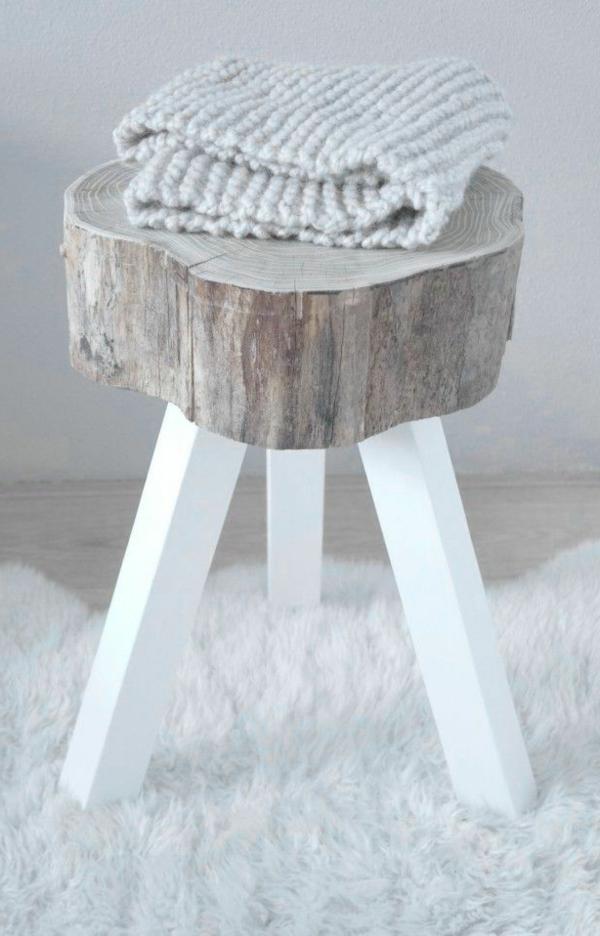 Holzhocker-aus-Holzstamm-mit-weißen-Beinen