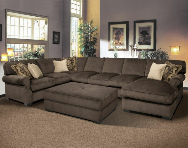 -Interior-Design-schönes-Wohnzimmer-braunes-Sofa