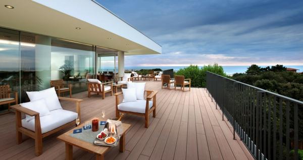 Italien-Terrasse-mit-modernen-Möbeln-gestalten